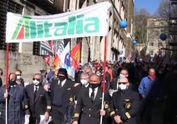 """Alitalia, centinaia di lavoratori protestano al Mise per il nuovo piano aziendale I manifestanti: """"Così viene ridotta a una compagnia regionale: 6mila persone rischiano il posto di lavoro"""" - Ansa"""