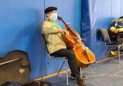 Concerto a sorpresa del famoso violoncellista Yo-Yo Ma nel centro vaccini Il famoso violoncellista si è esibito dopo la seconda dose di vaccino anti-Covid in un sala d'attesa in Massachusetts - CorriereTV