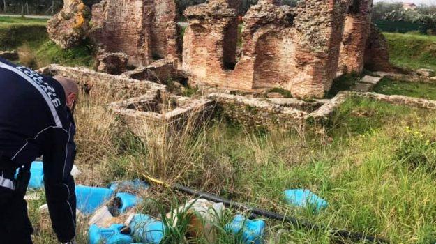 Bidoncini di plastica in prossimità del sito archeologico delle Terme romane di Acconia di Curinga