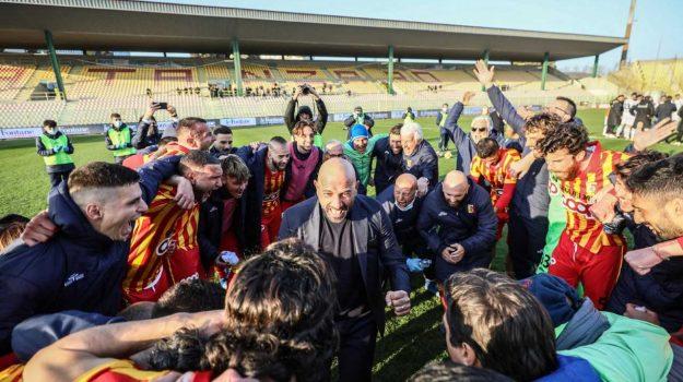 Mister Calabro intorno alla squadra - Foto Romana Monterverde