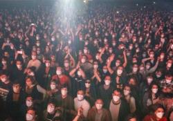 Ecco i 5.000 al concerto rock di Barcellona Al Palau St Jordi per vedere i locali Love of Lesbian dopo il test antigenico - Corriere Tv