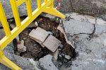 """Gimcana nel centro di Gioia Tauro tra le buche stradali """"killer"""" - FOTO"""