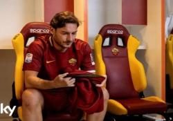 Il vero Francesco Totti scende in campo nel gran finale di «Speravo de morì prima» Ultimi due episodi in onda venerdì alle 21.15 su Sky e in streaming su Now - Corriere Tv