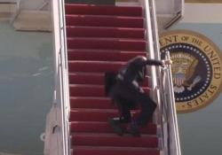 Joe Biden scivola e inciampa mentre sale sull'Air Force One Il presidente americano poi si riprende e saluta - CorriereTV