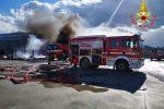 Crotone, grosso incendio di rifiuti nei pressi del mercato ortofrutticolo