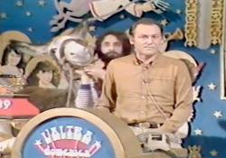 «L'altra domenica» di Arbore con Andy Luotto e l'asino in carne e ossa portato in studio Il programma di grande successo andò in onda sulla Rete 2 dal 1976 al 1979 - Corriere Tv