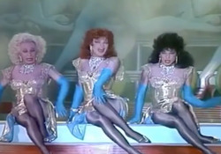 L'altra domenica: le Sorelle Bandiera, prime drag queen dello schermo Il trio fu lanciato proprio dal programma di Arbore a fine anni settanta e la loro canzone, «Fatti più in là», scalò la hit parade - Corriere Tv