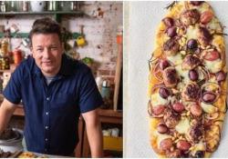 """La pizza con l'uva: la ricetta di Jamie Oliver. La provereste? In un episodio del suo show """"Keep Cooking Family Favourites"""", lo chef ha preparato una """"Speedy Sausage Pizza"""" con l'uva come condimento. Il web non ha gradito - CorriereTV"""