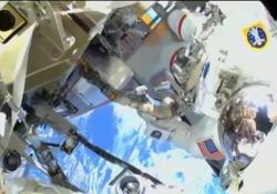 Le straordinarie immagini della «passeggiata nello spazio» degli astronauti della Nasa Mike Hopkins e Victor Glover Jr. fluttuano nel vuoto mentre modificano lo sfiato dell'ammoniaca - Ansa