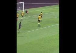 Malesia, effetto disegnato: il tiro a giro è imparabile L'effetto impresso da Marcel Dechi ha portato a un gol spettacolare - Dalla Rete