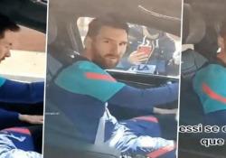Messi sbotta contro i tifosi: «Perché volete sempre gli stessi video?» La scena catturata all'uscita dal campo di allenamento del Barcellona - CorriereTV