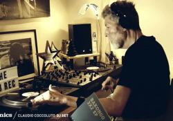 Morto Claudio Coccoluto, a dicembre l'ultimo dj set (in streaming) L'artista è morto a 59 anni nella casa di Cassinoi - Corriere Tv