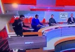 Paura in studio: lo schermo gigante crolla sul giornalista sportivo È accaduto in diretta tv nel post partita della Juventus sulla rete sportiva ESPN in Colombia - CorriereTV