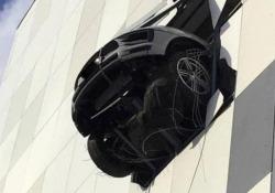Poteva andare molto peggio: la Porsche attraversa il muro e rimane sospesa a mezz'aria L'incidente accaduto al giocatore russo di hockey Denis Kazionov, in macchina con la famiglia - CorriereTV