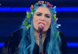 Sanremo, Bertè all'Ariston: «Donne, al primo schiaffo denunciate» L'appello della cantante che al Festival porta le scarpe rosse contro i femminicidi e la violenza di genere - Ansa