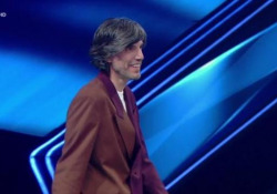 Sanremo, Bugo torna all'Ariston e dal palco chiede: «Dov'è il mio microfono?» Elodie lo presenta come: «L'eroe per caso della passata edizione» - Ansa