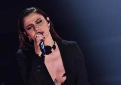 """Sanremo, l'esibizione di Annalisa: è in testa alla classifica provvisoria Mini abito nero per la cantante che si è esibita con il brano """"Dieci"""" - Ansa"""