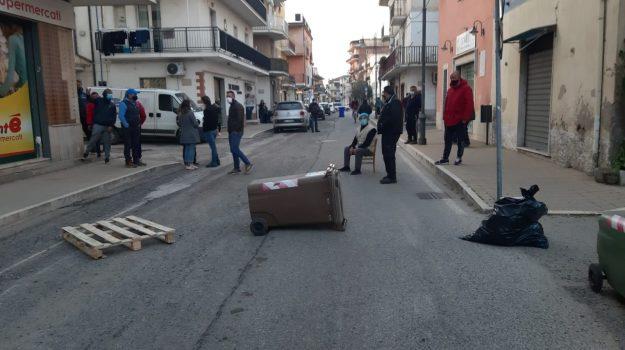 Liquami in strada a Schiavonea, i residenti bloccano viale Salerno
