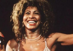 «Tina», un documentario racconta la fuga di Tina Turner da abusi e violenze - Corriere Tv