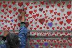 A Londra un murale con 150mila cuori creato dai cittadini per le vittime del Covid