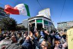 Roma, la protesta dei ristoratori davanti al Parlamento: scontri, ferito un poliziotto
