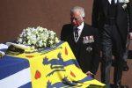 Le lacrime di Elisabetta e Carlo, il disgelo tra William ed Harry: l'ultimo saluto al principe Filippo. LE FOTO