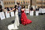 """Matrimoni, organizzatori in piazza con gli sposi """"promessi"""": """"Quando riapriamo?"""" - FOTO"""
