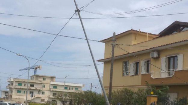 Spadafora, il vento forte sradica un palo della pubblica illuminazione