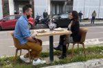 """Un tavolo per due """"vista strada"""", la provocazione di un ristoratore a Messina"""