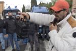 Roma, Metroman porta un sorriso tra manifestanti e polizia. IL VIDEO