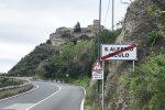 """Il cartello di Sant'Alessio Siculo installato prima del Capo, rimasto """"fuori comune"""""""