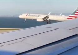 All'aeroporto di San Francisco: due aerei passeggeri fanno a gara a chi atterra per primo Il video registrato dai passeggeri a bordo dei velivoli in fase di atterraggio all'aeroporto di San Francisco - CorriereTV