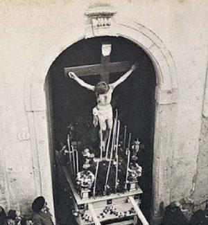 La tradizione. Una foto dell'uscita del Cristo dalla chiesa nel 1904