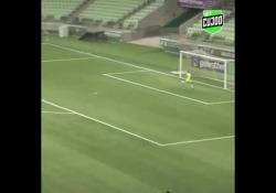 Brasile, segna con un pallonetto da centrocampo Il gol di Mariana Santos, calciatrice del Cruzeiro, squadra del campionato femminile brasiliano - Dalla Rete