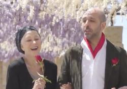 Checco Zalone balla con Helen Mirren: «La Vacinada» è il nuovo tormentone L'attrice inglese, premio Oscar, si diverte con Checco Zalone: il video è straordinario - Corriere Tv