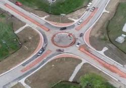 Come si imbocca una rotatoria? Negli Usa hanno qualche difficoltà Una rotatoria appena inaugurata in Kentucky, ma gli automobilisti non sanno come usarla - CorriereTV