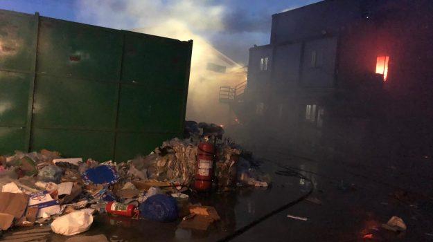 In fiamme l'impianto di stoccaggio dei rifiuti di San Nicola da Crissa