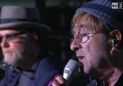 De Gregori compie 70 anni, quando con Dalla cantò «Viva l'Italia» al concerto del 1° maggio I due cantautori interpretarono diversi brani tra i quali «Viva l'Itali» - Corriere Tv