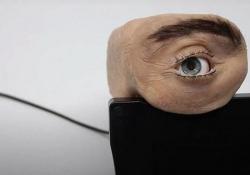 Ecco Eyecam, la webcam a forma di occhio umano Fa impressione: osserva, sbatte le palpebre e si guarda intorno - CorriereTV