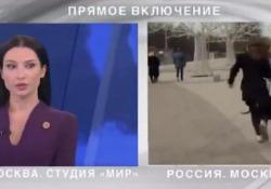 Il cane ruba il microfono alla giornalista, in diretta tv Un Golden retriever ha interrotto la diretta di un'emittente russa - CorriereTV