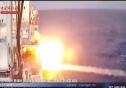 Il missile supersonico cinese colpisce una nave durante un'esercitazione Nel filmato, che circola parecchio online in questi giorni, si vede l'impatto di un YJ-18A contro una nave-bersaglio - CorriereTV