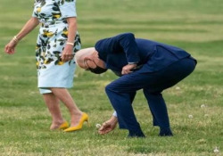 Il presidente Biden si ferma per raccogliere un fiore alla moglie Joe Biden e la moglie Jill stavano camminando verso il Marine One, diretti in Georgia - CorriereTV
