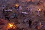 """India, """"molte più vittime dei dati ufficiali"""": sta finendo la legna per bruciare i corpi"""