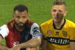 Joao Pedro consola Kurtic in lacrime dopo la sfida salvezza tra Cagliari e Parma FOTO