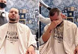 """La solidarietà del barbiere: si rasa i capelli come l'amico malato di cancro Neftalì Martìn lavora nel salone """"Lords and Barbers"""" a Elche in Spagna - Ansa"""