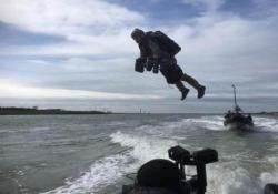 La tuta alare di Iron Man per le forze speciali della marina olandese Il ministero della Difesa olandese ha condotto dei test per le future operazioni con la tuta alare - CorriereTV