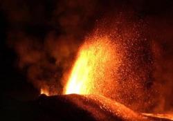 Le spettacolari immagini dell'eruzione del vulcano Piton de la Fournaise, nell'isola francese della Reunion Gli escursionisti hanno deciso di accamparsi alle pendici del vulcano - Ansa