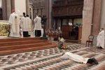 L'atto di umiltà di Giovanni Russo durante la celebrazione presieduta dall'arcivescovo Accolla a Messina
