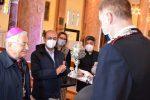 """La cerimonia di consegna da parte del comandante Bartolo della """"pisside"""" al vescovo Renzo"""
