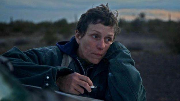 """Una foto di scena del film """"Nomadland""""di Chloe Zhao, con Frances McDormand"""